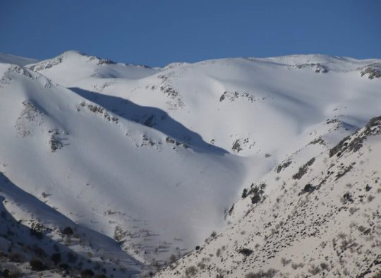 Crète - De montagne en montagne avec en arrière plan la mer - Les matins du monde